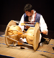 2013_Hyoungsik_Shin_playing Janggu